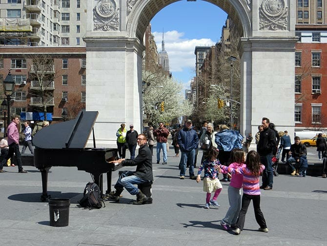 Parks in New York - Live music at Washington Square Park