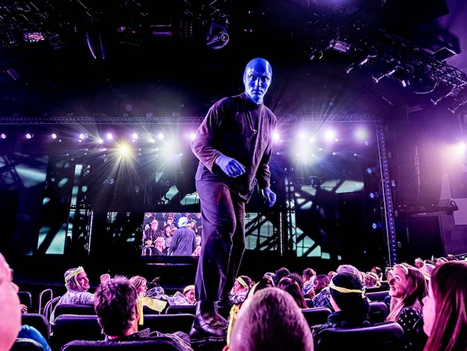 Blue Man Group in New York tickets - Blue Man on chairs